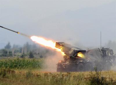 Una batería lanzacohetes de Georgia bombardea posiciones de los separatistas en Tsjinvali, la capital de Osetia del Sur.