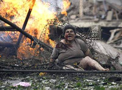 Una mujer georgiana herida grita entre los escombros en Gori tras el ataque de la aviación del Ejército ruso.