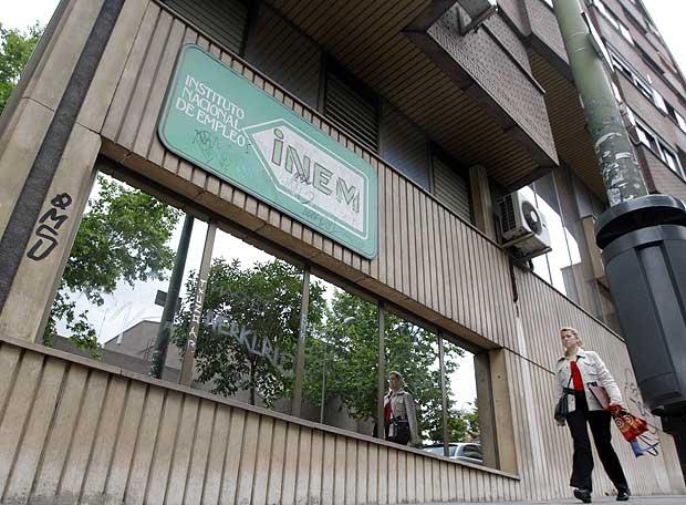 Oficina del inem edici n impresa el pa s for Horario oficina inem madrid