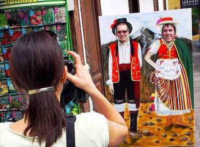 Una pareja de turistas se fotografía en un panel troquelado en Tenerife.