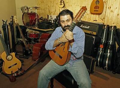 Javier Limón ha respondido a la crisis con una modesta iniciativa, la de hacer discos de músicas de raíz con un sello pequeño.