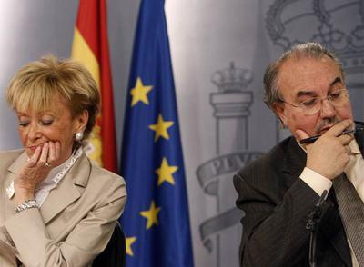 María Teresa Fernández de la Vega y Pedro Solbes, tras un reciente Consejo de Ministros.