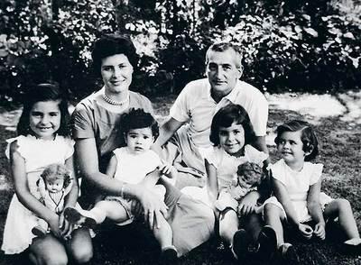Héctor Germán Oesterheld, con su esposa  y sus cuatro hijas: Estela, Marina, Diana y Beatriz, todas desaparecidas en 1976 y 1977, cuando contaban entre 18 y 24 años.