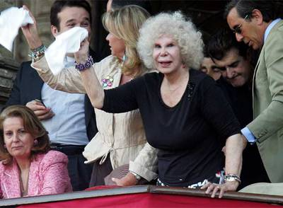 La duquesa de Alba, en una corrida en La Maestranza de Sevilla.