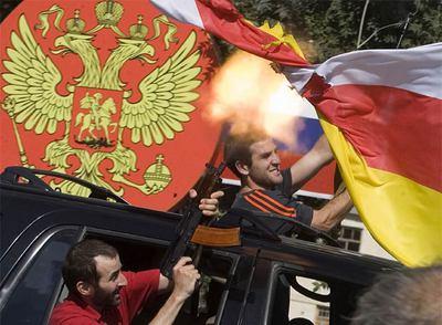 Separatistas surosetios celebran la decisión del Kremlin de reconocer la independencia de la región, ayer en Tskhinvali, capital de Osetia del Sur.