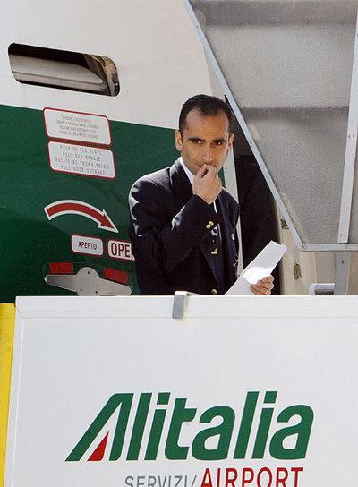 Un empleado de Alitalia, en el aeropuerto romano de Fiumicino.