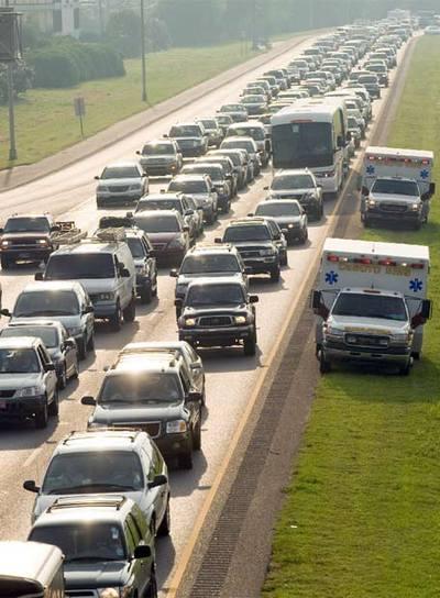 Centenares de miles de coches han colapsado las carreteras interestatales y las vías de acceso a Nueva Orleans.