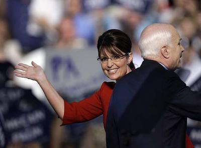 Sarah Palin, candidata republicana a la vicepresidencia, saluda durante un acto de campaña con John McCain el martes en Lancaster.