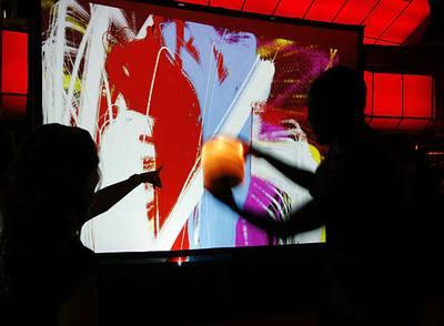 Una instalación para echar cubos de pintura a una pantalla, anteayer en la fiesta Facebook.