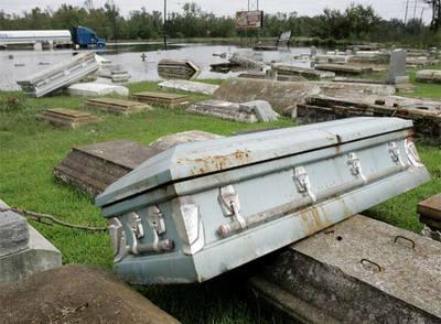 Un cementerio en Orange, Tejas, donde el huracán Ike ha hecho salir a la superficie varios ataúdes..