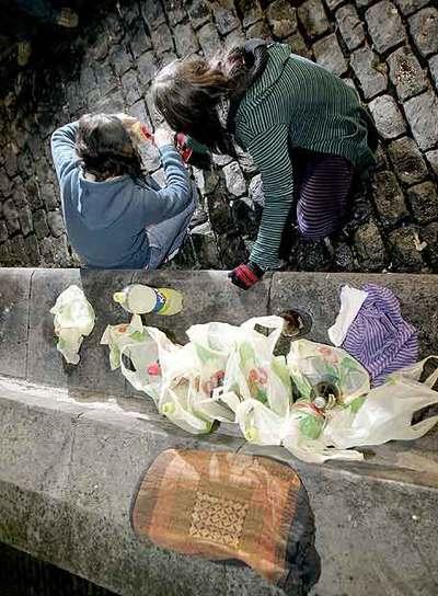 Dos jóvenes practican el  botellón  en una plaza de Vitoria.