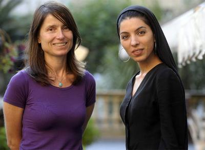 Las directoras Yesim Ustaoglu (izquierda), ganadora de la Concha de Oro, y Samira Makhmalbaf, Premio Especial del Jurado.