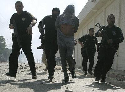 Un preso herido es detenido por la policía por participar en un motín en la cárcel de La Mesa, en Tijuana.