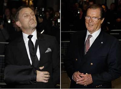 Daniel Craig, con un brazo escayolado, y Roger Moore.