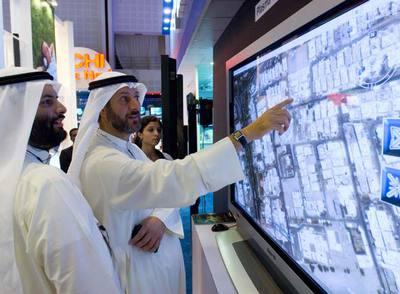 Dos kuwaitíes usan Google Earth en una feria celebrada el año pasado en los Emiratos Árabes.