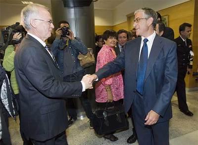 Azkarraga (izquierda) estrechaba la mano de Fernando Ruiz Piñeiro, la semana pasada, ante la vocal del Poder Judicial Margarita Uria.