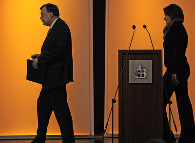 El primer ministro islandés, Geir Haarde (izquierda), al término de una conferencia de prensa en Reikiavik, el pasado 9 de octubre, en la fase aguda de la crisis financiera.rnFoto: AFP