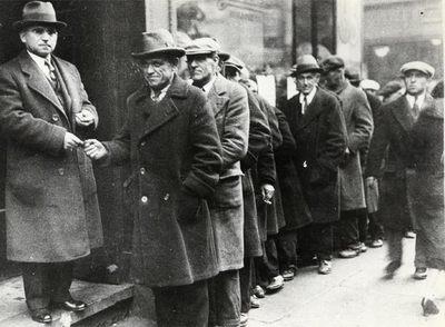 Desempleados hacen cola en Estados Unidos durante la Gran Depresión de los años treinta.
