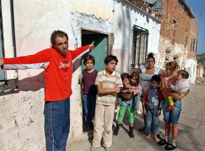 José Escobedo, junto a su familia, ayer, en la puerta de su casa en Castellar.