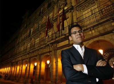 El profesor Jesús Escobar, ayer en la plaza Mayor.