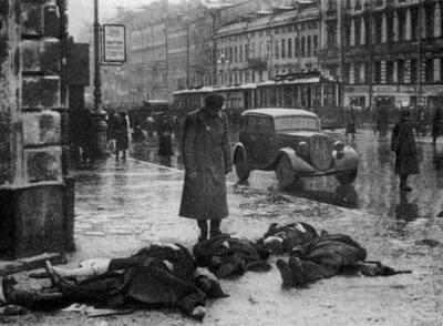 Algunas de las primeras víctimas de los bombardeos alemanes, en Leningrado en septiembre de 1941.