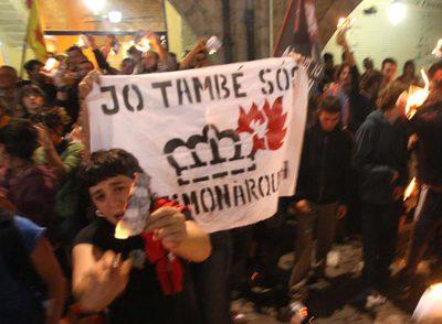 Un grupo de independentistas quema fotos de los Reyes en Girona, el 22 de septiembre de 2007.