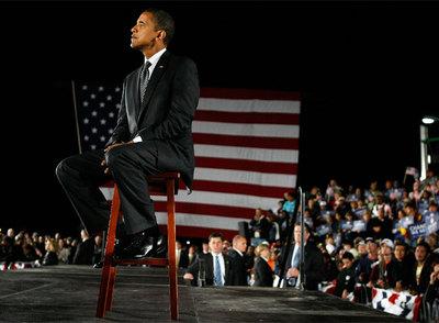 El senador por Illinois y candidato demócrata a la Presidencia de EE UU, Barack Obama, escucha un discurso del ex presidente Bill Clinton en un acto electoral el 29 de octubre en Orlando (Florida). rnFoto: AFP