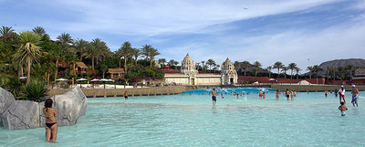 El Palacio de las Olas de Siam Park, con su enorme piscina y sus tres torres de estilo tailandés al fondo.