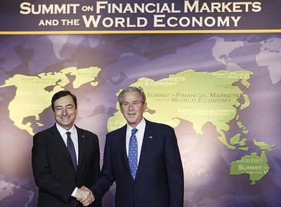 Bush (derecha) saluda a Mario Draghi, presidente del Foro de Estabilidad Financiera, en la cumbre.