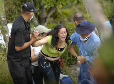 La madre de un joven supuestamente asesinado por el Ejército colombiano en Ocaña (noreste), durante la exhumación de su cadáver en septiembre.