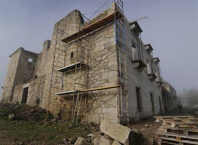 Estado actual del Palacio de Sober, con parte de la fachada ya reconstruida, en la que se ha empleado piedra nueva similar a la original.