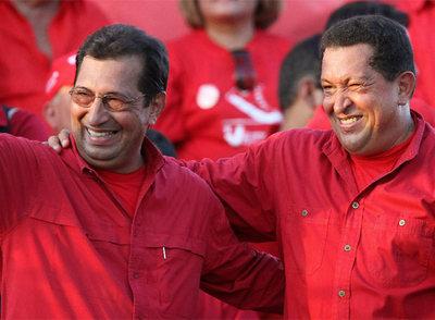 Hugo Chávez (derecha) con su hermano Adán, candidato a suceder al padre de ambos como gobernador del Estado venezolano de Barinas.