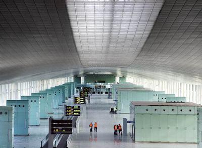 Un gran brazo diáfano forma el eje principal de la nueva terminal del aeropuerto de El Prat.