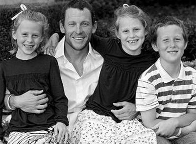 Armstrong con sus hijos en una de las fotos publicadas por el ciclista en twitter.com.