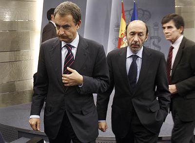 José Luis Rodríguez Zapatero, seguido del ministro Alfredo Pérez Rubalcaba, en La Moncloa.