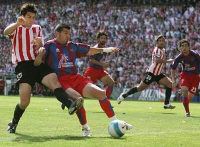 De izquierda a derecha, Iraola, Serrano, Tommasi, Urzaiz y Descarga, durante el Athletic-Levante de la temporada 2006-2007.