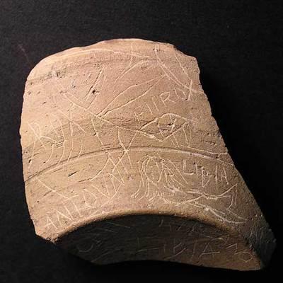 Otra de las piezas del yacimiento, con la imagen de una sirena.