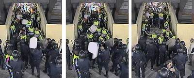 La secuencia de vídeo que muestra cómo una silla blanca impacta sobre la cabeza de un policía.