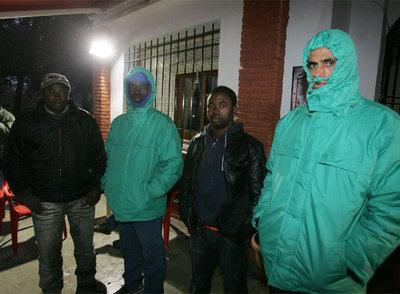 Un grupo de inmigrantes sin casa ni trabajo se refugia del frío en Baena (Córdoba).