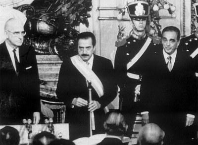 Investidura de Raúl Alfonsín (con la banda presidencial) en Buenos Aires, en 1983.