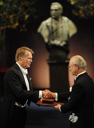 Jean-Marie Le Clézio (izquierda) recoge el Nobel de Literatura de manos del rey Carlos Gustavo.