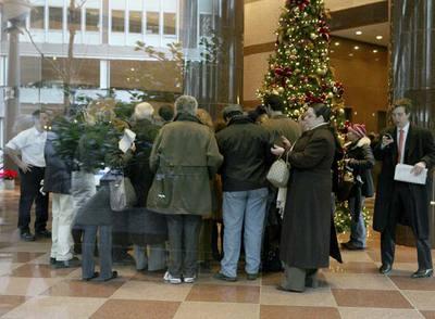 Un grupo de inversores, ante las oficinas de la firma de Bernard Madoff al conocer el fraude.