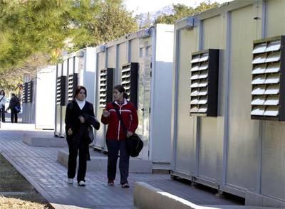 Barracones en la Universidad de Alicante para atender la demanda del curso de Aptitud Pedagógica.