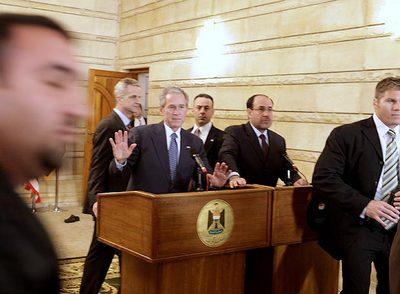 Bush y Al Maliki, después de que un periodista arrojara dos zapatos (al fondo, uno de ellos en el suelo) al presidente de EE UU.