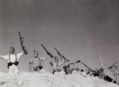 Cerro Muriano, Córdoba, 5 de septiembre de 1936. El miliciano  misterioso  de Robert Capa es el primero por la izquierda.