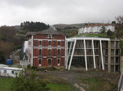 El palacete Berroeta Aldamar y la estructura de hierro a medio construir que debería completar el museo destinado a Balenciaga. El final de las obras estaba previsto en 2003.