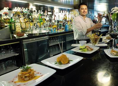 Bar pamplonica premiado por sus pinchos clásicos y modernos, como la minialbóndiga de manitas