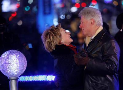Los Clinton bailan en Times Square, Nueva York.