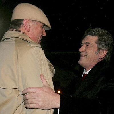 El presidente ucranio, Víktor Yúshenko, a la derecha, saluda al primer ministro checo, Mirek Topolanek, en Kiev.