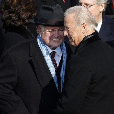 El vicepresidente, Joe Biden (derecha), saluda al senador Ted Kennedy durante la ceremonia.